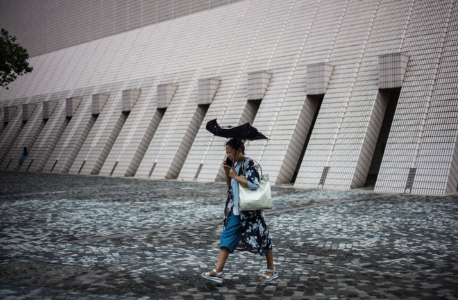 24h qua ảnh: Người dân Hong Kong đổ xô mua lương thực đối phó siêu bão Mangkhut - Ảnh 9.