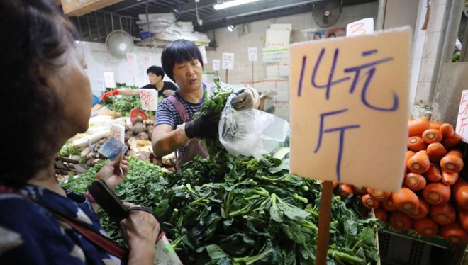 24h qua ảnh: Người dân Hong Kong đổ xô mua lương thực đối phó siêu bão Mangkhut - Ảnh 3.