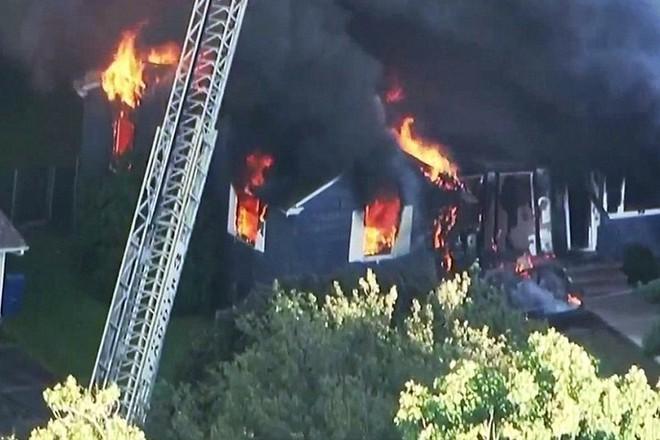 Ảnh: Khí gas rò rỉ và phát nổ ở khu dân cư Mỹ, thiêu cháy 50 nhà - Ảnh 2.