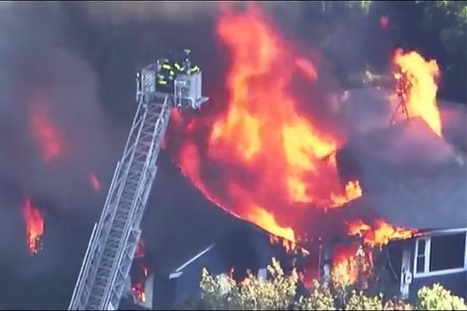 Lính cứu hỏa quan sát đám cháy dữ từ trên cao.
