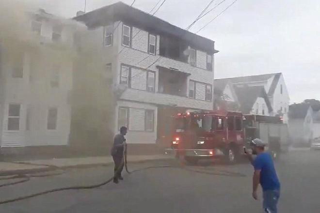Xe cứu hỏa được điều tới dập lửa.