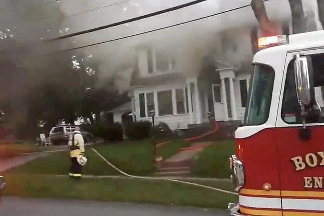 Khói bốc lên từ hiện trường vụ cháy do khí gas ở thị trấn Bắc Andover, Massachusetts.