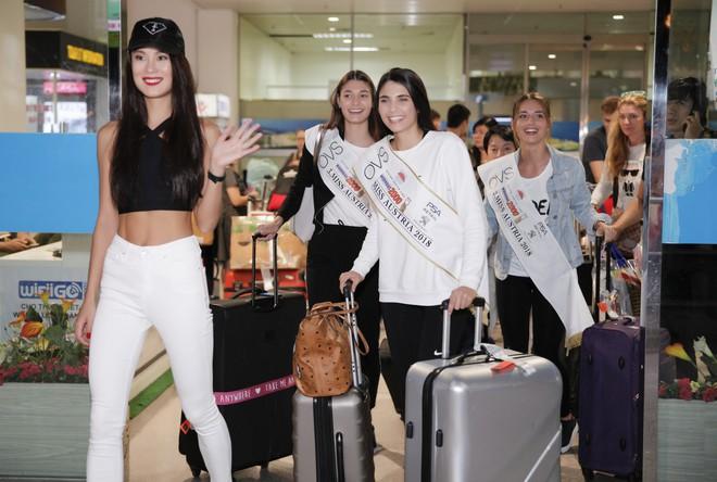Cựu người mẫu Paris Vũ ra sân bay đón Hoa hậu Áo đến thăm Việt Nam - Ảnh 4.