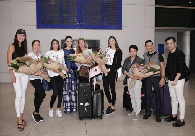 Cựu người mẫu Paris Vũ ra sân bay đón Hoa hậu Áo đến thăm Việt Nam - Ảnh 9.