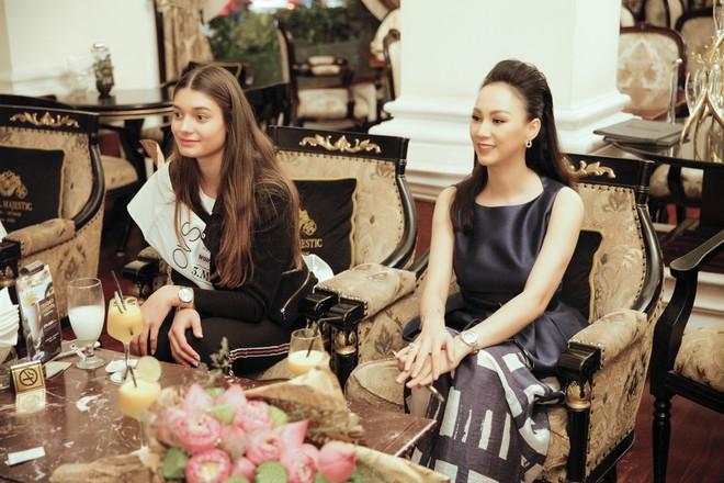 Cựu người mẫu Paris Vũ ra sân bay đón Hoa hậu Áo đến thăm Việt Nam - Ảnh 11.