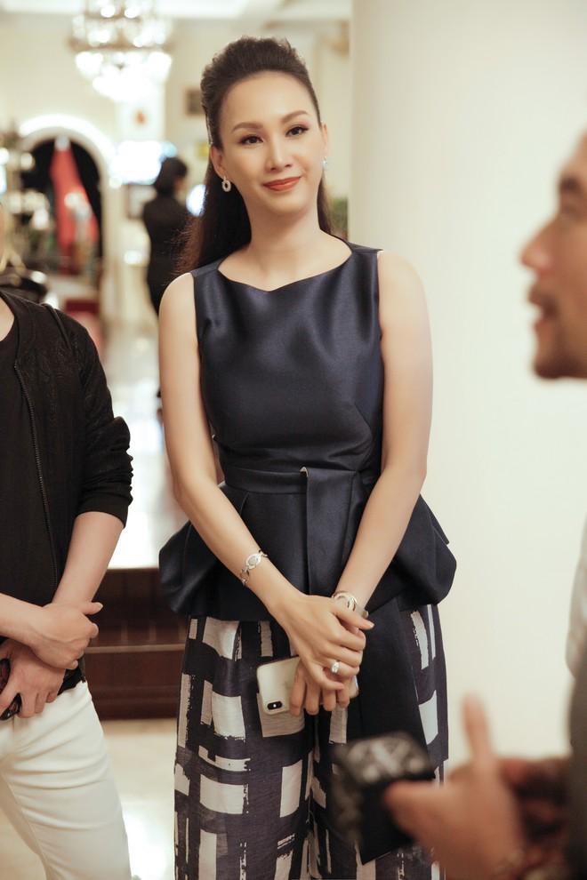 Cựu người mẫu Paris Vũ ra sân bay đón Hoa hậu Áo đến thăm Việt Nam - Ảnh 2.