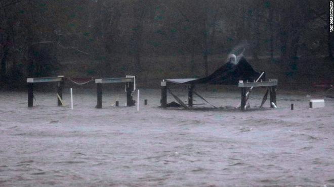 Bão quái vật Florence đổ bộ vào Mỹ, mất điện diện rộng, cảnh báo lũ lụt thảm khốc - ảnh 2