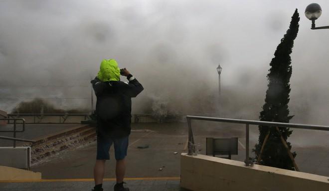 Bão Mangkhut mạnh kinh hoàng ở HK: Gió giật khiến nhà cao tầng chao đảo như có động đất nhẹ - ảnh 6