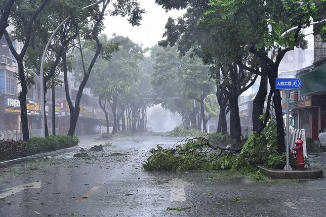 Siêu bão Mangkhut vừa đổ bộ vào tỉnh Quảng Đông, Trung Quốc với sức gió hơn 160 km/h - Ảnh 4.