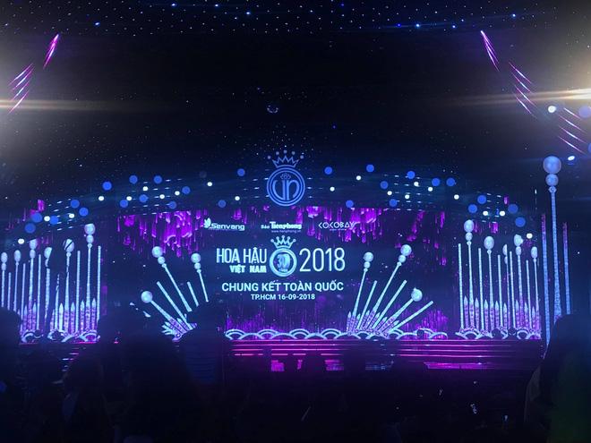 TRỰC TIẾP CHUNG KẾT HOA HẬU VIỆT NAM 2018: Đêm thi bắt đầu với phần trình diễn nóng bỏng - ảnh 11