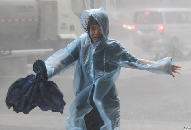 "24h qua ảnh: Cửa kính cao ốc Hong Kong vỡ vụn sau ""vua bão"" Mangkhut - ảnh 11"