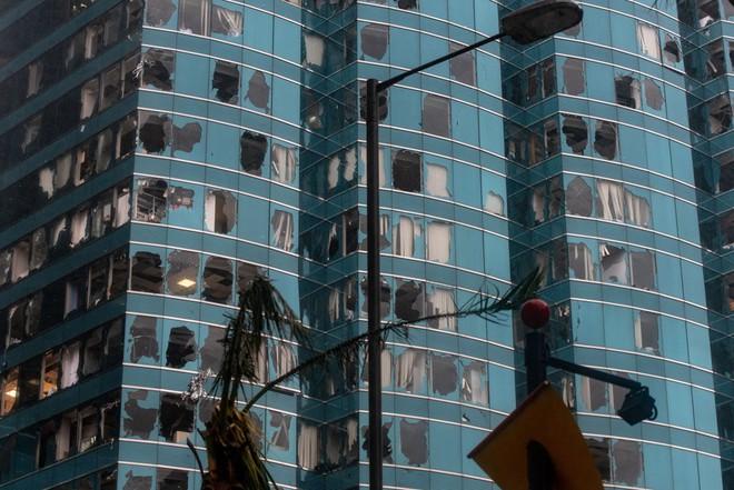 "24h qua ảnh: Cửa kính cao ốc Hong Kong vỡ vụn sau ""vua bão"" Mangkhut - ảnh 2"