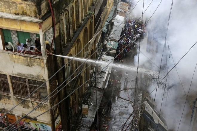 "24h qua ảnh: Cửa kính cao ốc Hong Kong vỡ vụn sau ""vua bão"" Mangkhut - ảnh 6"
