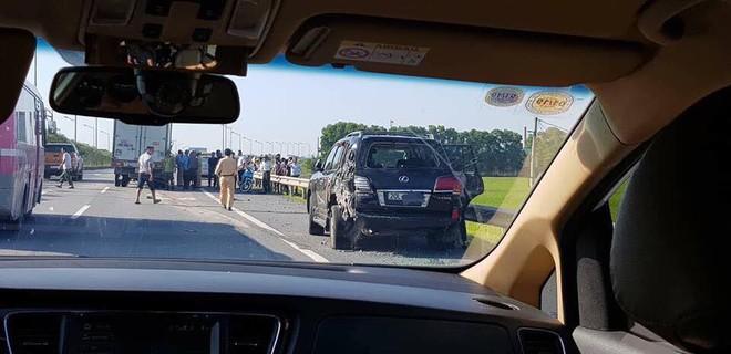 Hiện trường vụ tài xế Lexus biển tứ quý 8 bị xe tải đâm tử vong khi làm việc với CSGT - Ảnh 4.