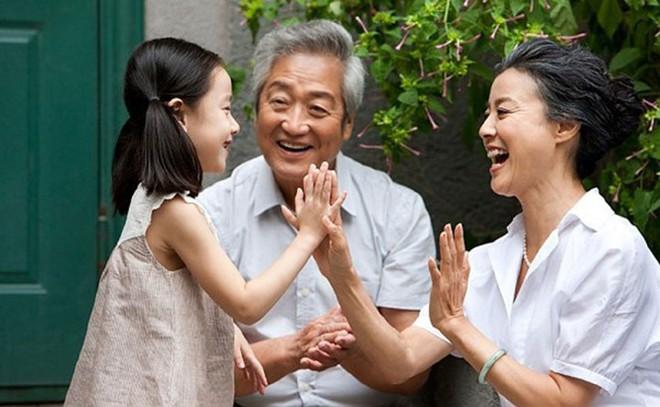 Nếu đã bước vào tuổi trung, cao niên, 10 điều này bạn cần biết để sống vui vẻ bên con cháu - Ảnh 9.