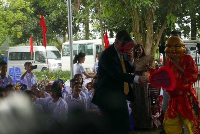 Đại sứ Mỹ đeo mặt nạ múa lân, toát mồ hôi học làm bánh Trung thu - Ảnh 1.
