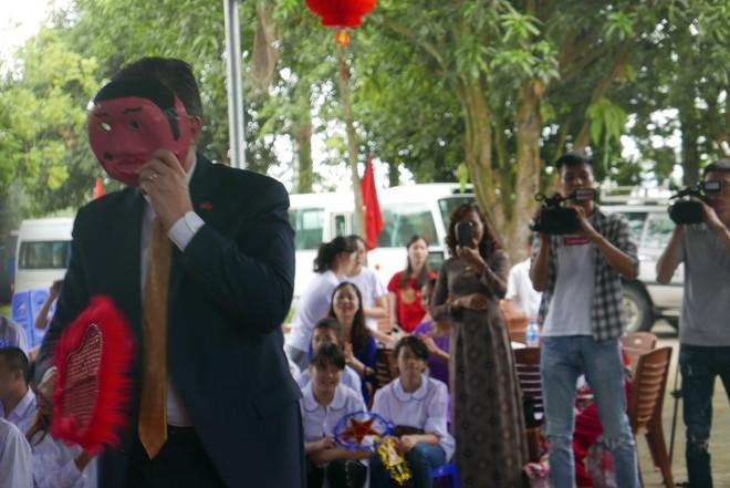 Đại sứ Mỹ đeo mặt nạ múa lân, toát mồ hôi học làm bánh Trung thu - Ảnh 2.