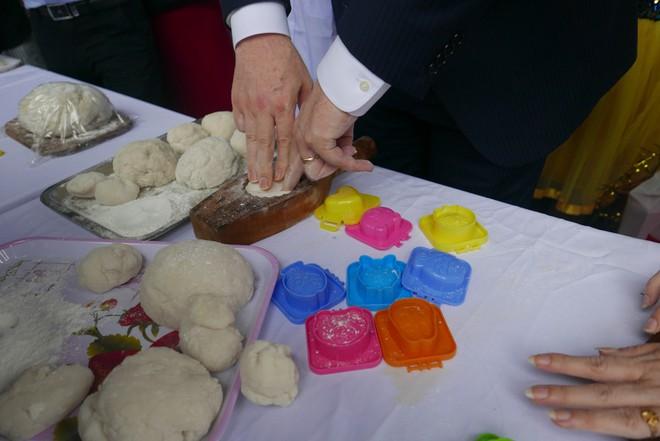 Đại sứ Mỹ đeo mặt nạ múa lân, toát mồ hôi học làm bánh Trung thu - Ảnh 4.