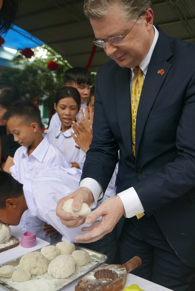 Đại sứ Mỹ đeo mặt nạ múa lân, toát mồ hôi học làm bánh Trung thu - Ảnh 3.