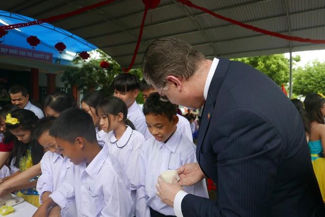 Đại sứ Mỹ đeo mặt nạ múa lân, toát mồ hôi học làm bánh Trung thu - Ảnh 7.