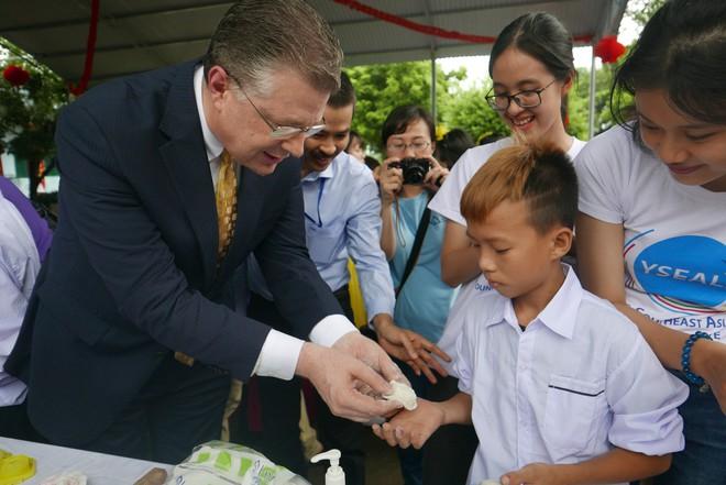 Đại sứ Mỹ đeo mặt nạ múa lân, toát mồ hôi học làm bánh Trung thu - Ảnh 10.