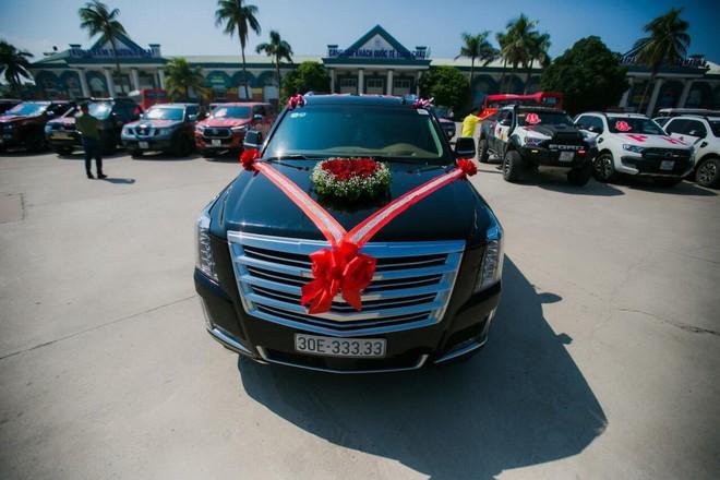 Siêu xe Khủng long Mỹ dẫn đầu đoàn rước dâu hoành tráng ở Quảng Ninh - Ảnh 1.