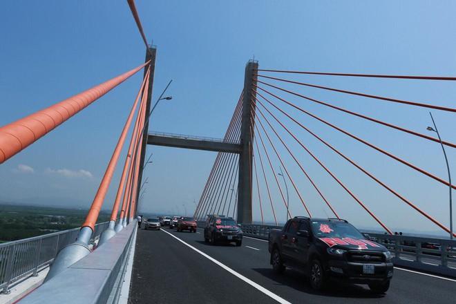 Siêu xe Khủng long Mỹ dẫn đầu đoàn rước dâu hoành tráng ở Quảng Ninh - Ảnh 8.