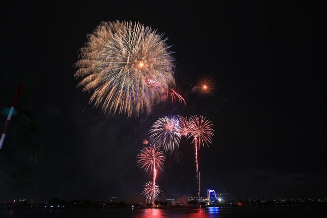 Người Sài Gòn mãn nhãn với màn pháo hoa mừng Quốc khánh - Ảnh 4.