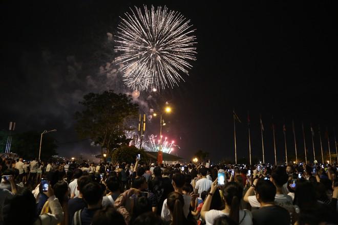 Người Sài Gòn mãn nhãn với màn pháo hoa mừng Quốc khánh - Ảnh 2.