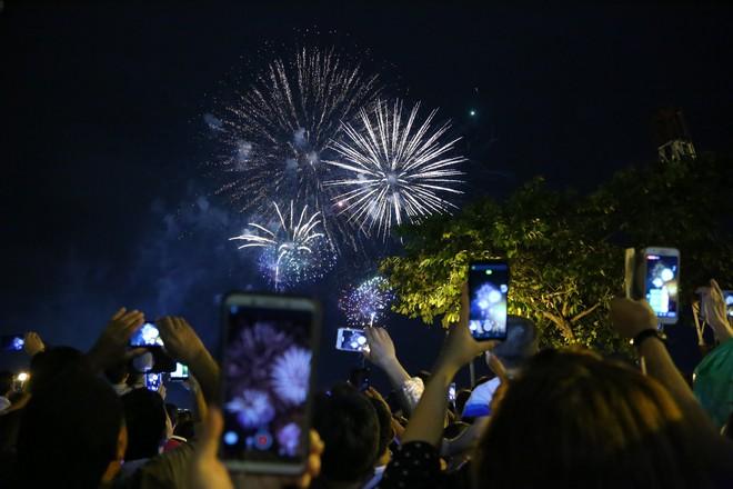 Người Sài Gòn mãn nhãn với màn pháo hoa mừng Quốc khánh - Ảnh 3.