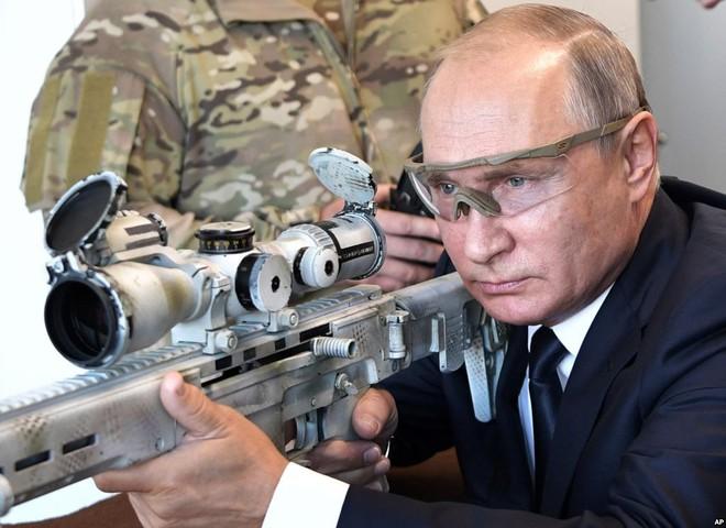 24h qua ảnh: Tổng thống Putin trổ tài sử dụng súng bắn tỉa - Ảnh 3.