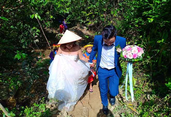 Cảnh cô dâu 61 tuổi băng rừng, lội suối, đi bộ gần 2km về nhà chồng ở Cao Bằng - Ảnh 5.