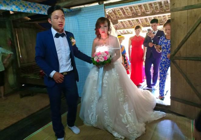 Cảnh cô dâu 61 tuổi băng rừng, lội suối, đi bộ gần 2km về nhà chồng ở Cao Bằng - Ảnh 10.