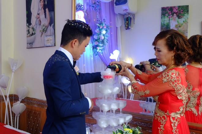 Cận cảnh lễ thành hôn đặc biệt của cô dâu 61 tuổi với chú rể 26 tuổi ở Cao Bằng - Ảnh 10.
