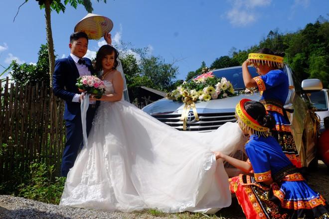 Cảnh cô dâu 61 tuổi băng rừng, lội suối, đi bộ gần 2km về nhà chồng ở Cao Bằng - Ảnh 3.