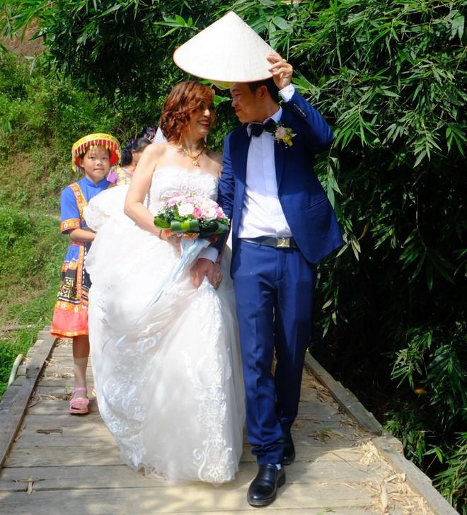 Cảnh cô dâu 61 tuổi băng rừng, lội suối, đi bộ gần 2km về nhà chồng ở Cao Bằng - Ảnh 4.