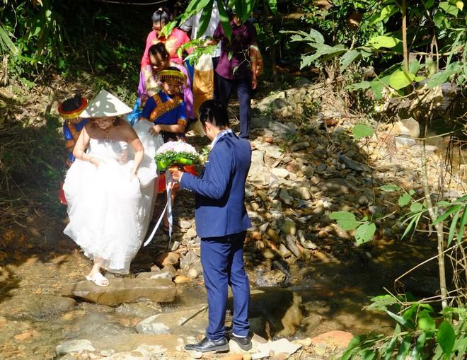 Cảnh cô dâu 61 tuổi băng rừng, lội suối, đi bộ gần 2km về nhà chồng ở Cao Bằng - Ảnh 7.