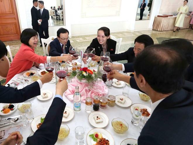 TT Hàn Quốc khép lại hành trình đẹp như mơ, lãnh đạo Triều Tiên tặng quà khủng - Ảnh 8.