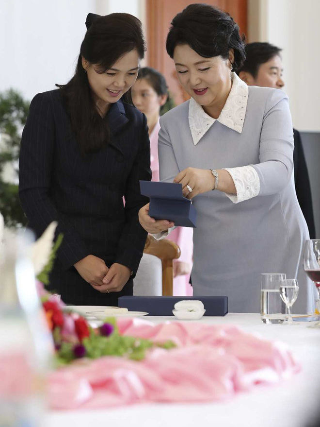 TT Hàn Quốc khép lại hành trình đẹp như mơ, lãnh đạo Triều Tiên tặng quà khủng - Ảnh 9.