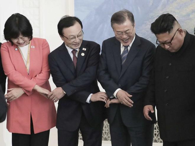 TT Hàn Quốc khép lại hành trình đẹp như mơ, lãnh đạo Triều Tiên tặng quà khủng - Ảnh 10.