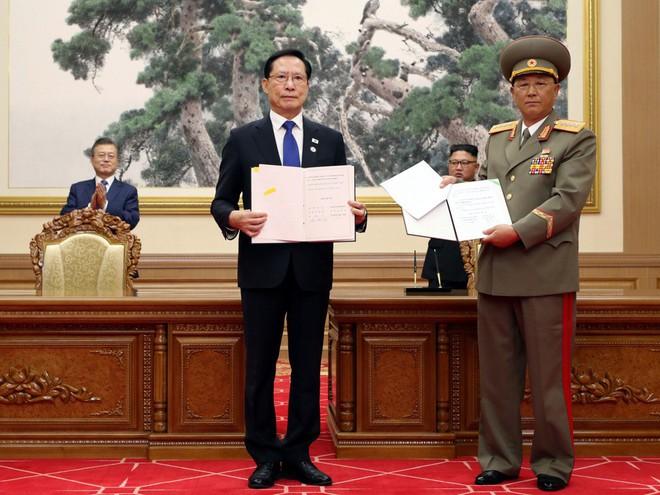 TT Hàn Quốc khép lại hành trình đẹp như mơ, lãnh đạo Triều Tiên tặng quà khủng - Ảnh 11.