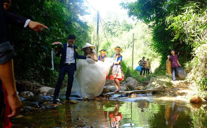 Cảnh cô dâu 61 tuổi băng rừng, lội suối, đi bộ gần 2km về nhà chồng ở Cao Bằng