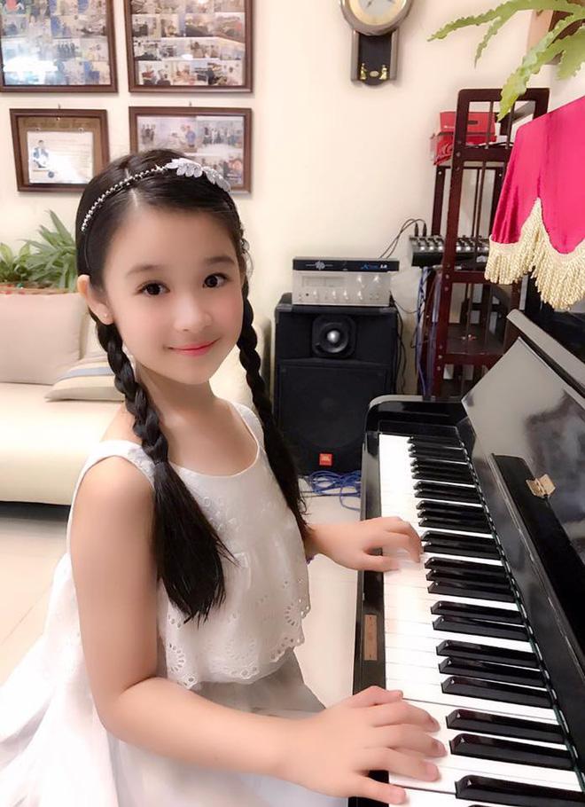 Cuộc sống sang chảnh của cô bé 10 tuổi gây sốt đêm chung kết Hoa hậu Việt Nam - ảnh 14