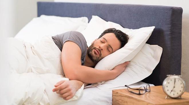 Đàn ông ngủ sớm có thể có tinh trùng khỏe mạnh hơn - Ảnh 1.