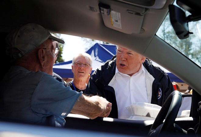 Tổng thống Trump tặng suất ăn, ôm chặt người dân bị ảnh hưởng bởi bão Florence - Ảnh 1.