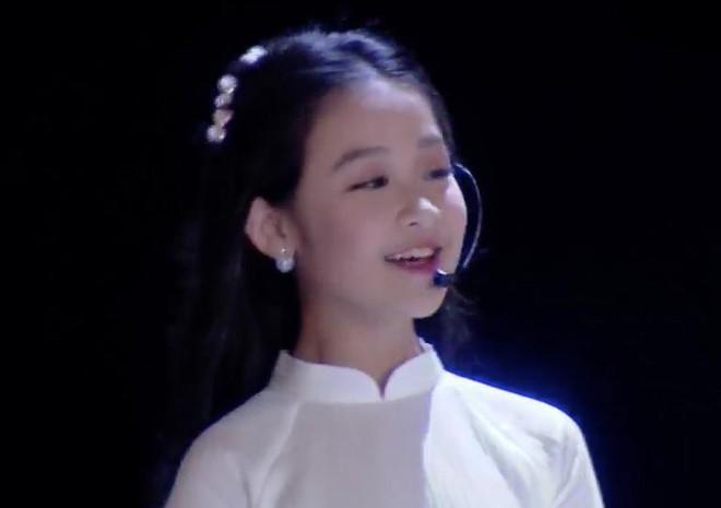 Cuộc sống sang chảnh của cô bé 10 tuổi gây sốt đêm chung kết Hoa hậu Việt Nam - Ảnh 2.