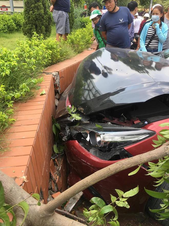 Vừa bị phạt 22,5 triệu, Mazda 3 náo loạn Cầu Diễn lại gây tai nạn - Ảnh 2.