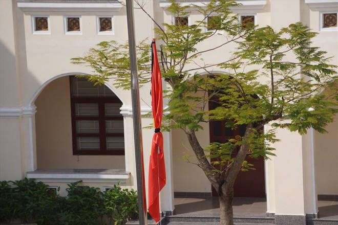 Ninh Bình: Trường THPT Kim Sơn B treo cờ rủ tưởng niệm Chủ tịch Nước Trần Đại Quang - Ảnh 1.