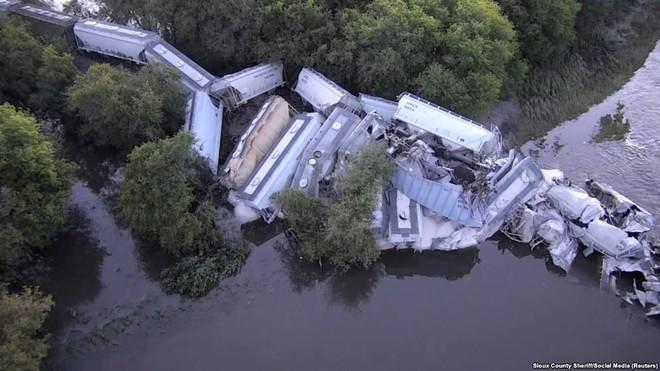 24h qua ảnh: Cá mắc cạn hàng loạt trên đường phố sau lũ lụt ở Mỹ - Ảnh 8.