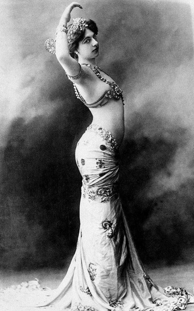 Các nữ sát thủ khét tiếng trong lịch sử: Vũ nữ nóng bỏng khiến 50.000 lính Pháp bỏ mạng - Ảnh 1.